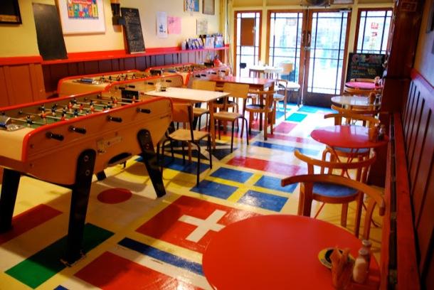 Kick Cafe, Exmouth Market - mengambil meja pingpong, buku yang agak serius di muka