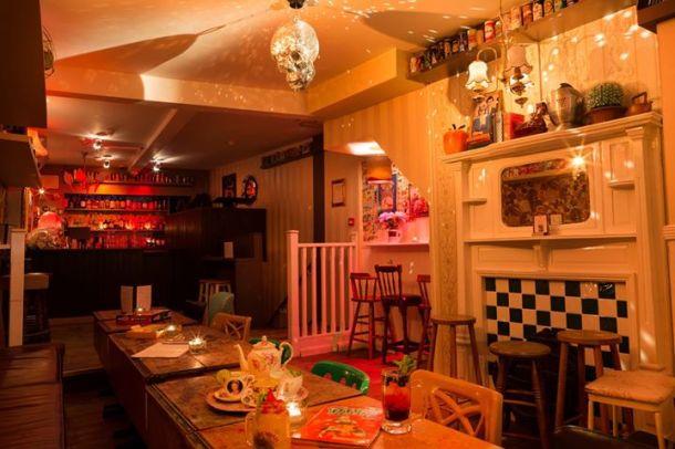 Simmon Bar, Caledonian Road - Memiliki minuman koktail air atau pergi ke bermain SEGA Mega Drive